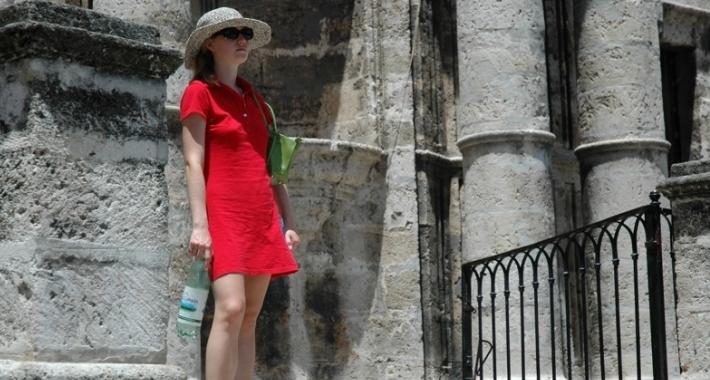 Donna con abito rosso a L'Avana