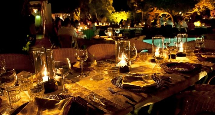 Cena romantica nella costa smeralda weekend a lume di for Soggiorni romantici per due