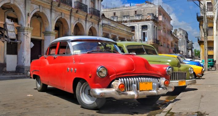 Vecchie auto d'epoca parcheggiate in una strada della città di L'Avana a Cuba