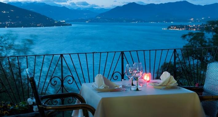 Cena romantica ad arona weekend a lume di candela for Disegni casa sul lago con vista sul lago