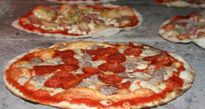 Pizza con salame e salsiccia