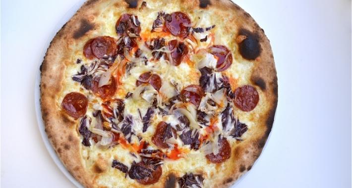Pizza con radicchio e pomodorin