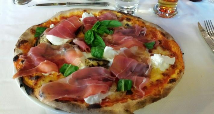 Pizza con prosciutto crudo e mozzarella