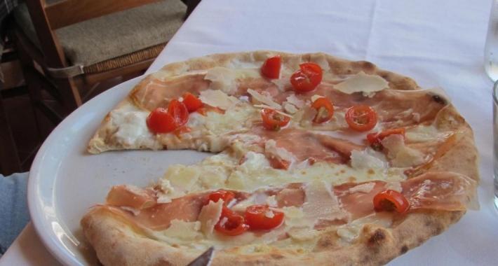 Pizza con pomodorini e prosciutto crudo