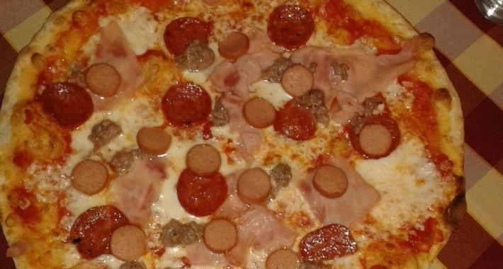 Pizza con salsiccia e pomodorin