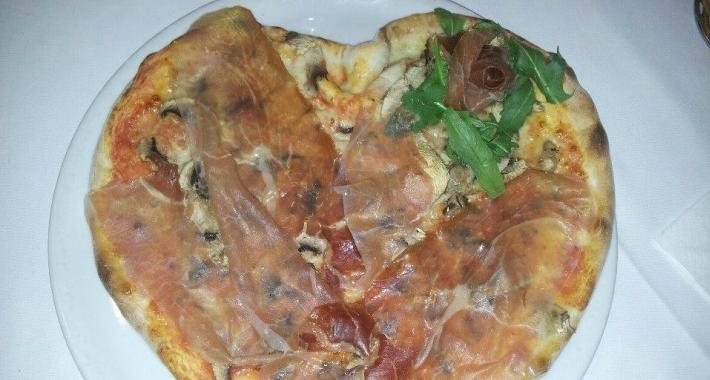 Pizza con funghi e prosciutto crudo