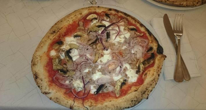 Pizza con cipolla e funghi