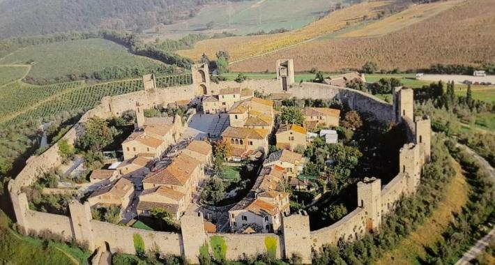 Veduta aerea di minteriggioni e del suo castello