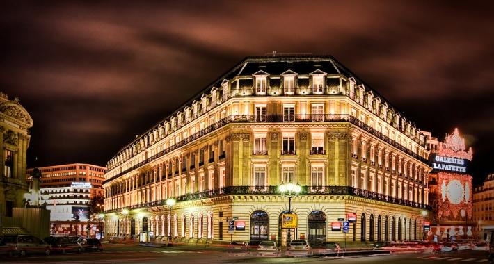 Galeries Lafayette illuminata di notte. Parigi
