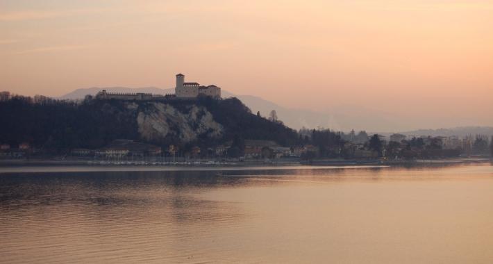 Rocca di Angera e lago Maggiore al tramonto
