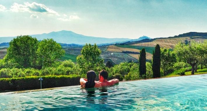 la piscina del fonteverde tuscan resort spa in parte interna e in parte esterna e offre ben 22 tipi didromassaggi diversi e una splendida vista sulla
